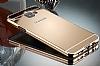 Eiroo Mirror Samsung Galaxy A8 2016 Metal Kenarlı Aynalı Gold Rubber Kılıf - Resim 3